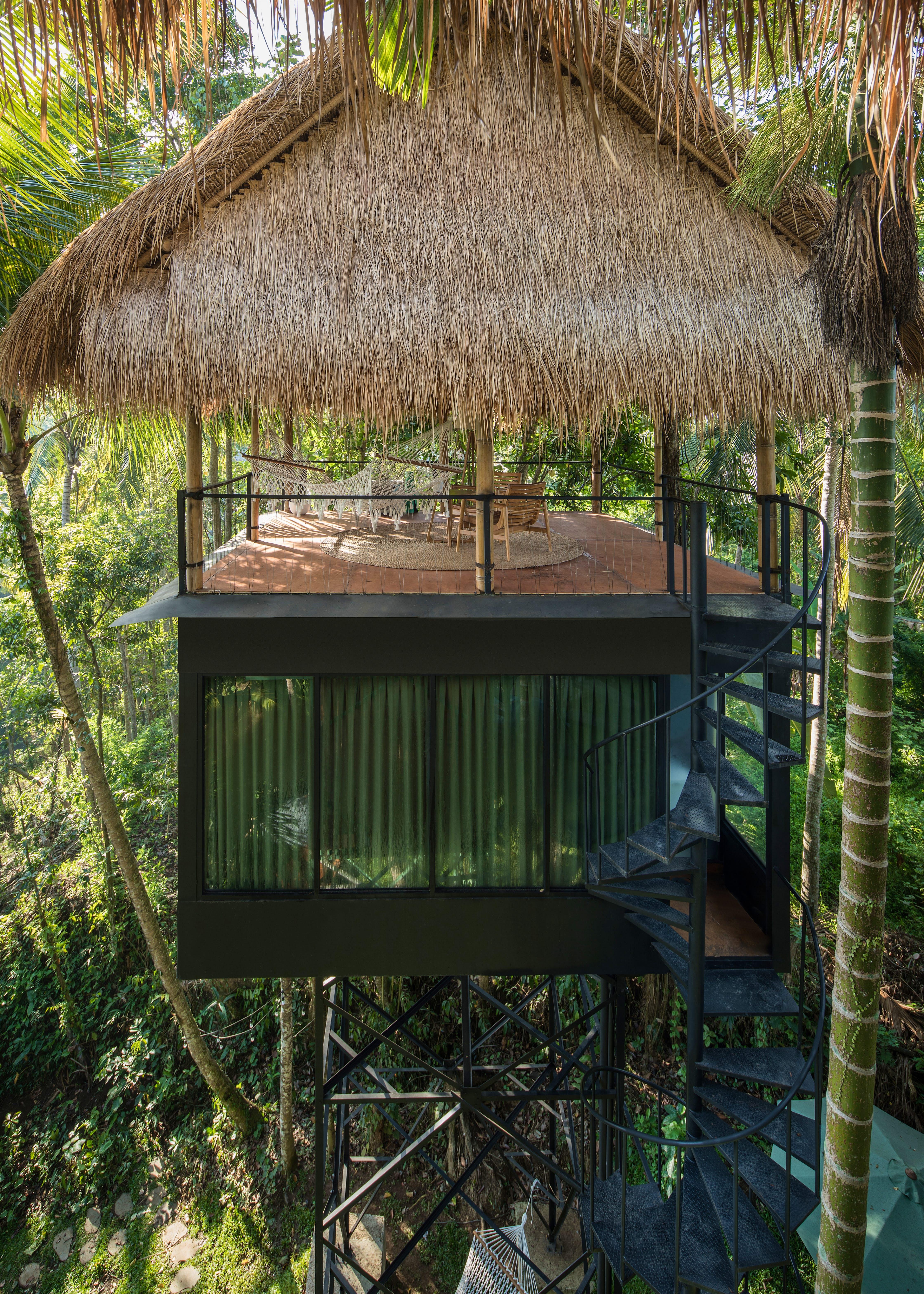 Decks de bambu de uma pousada ecológica nas copas das árvores em Bali