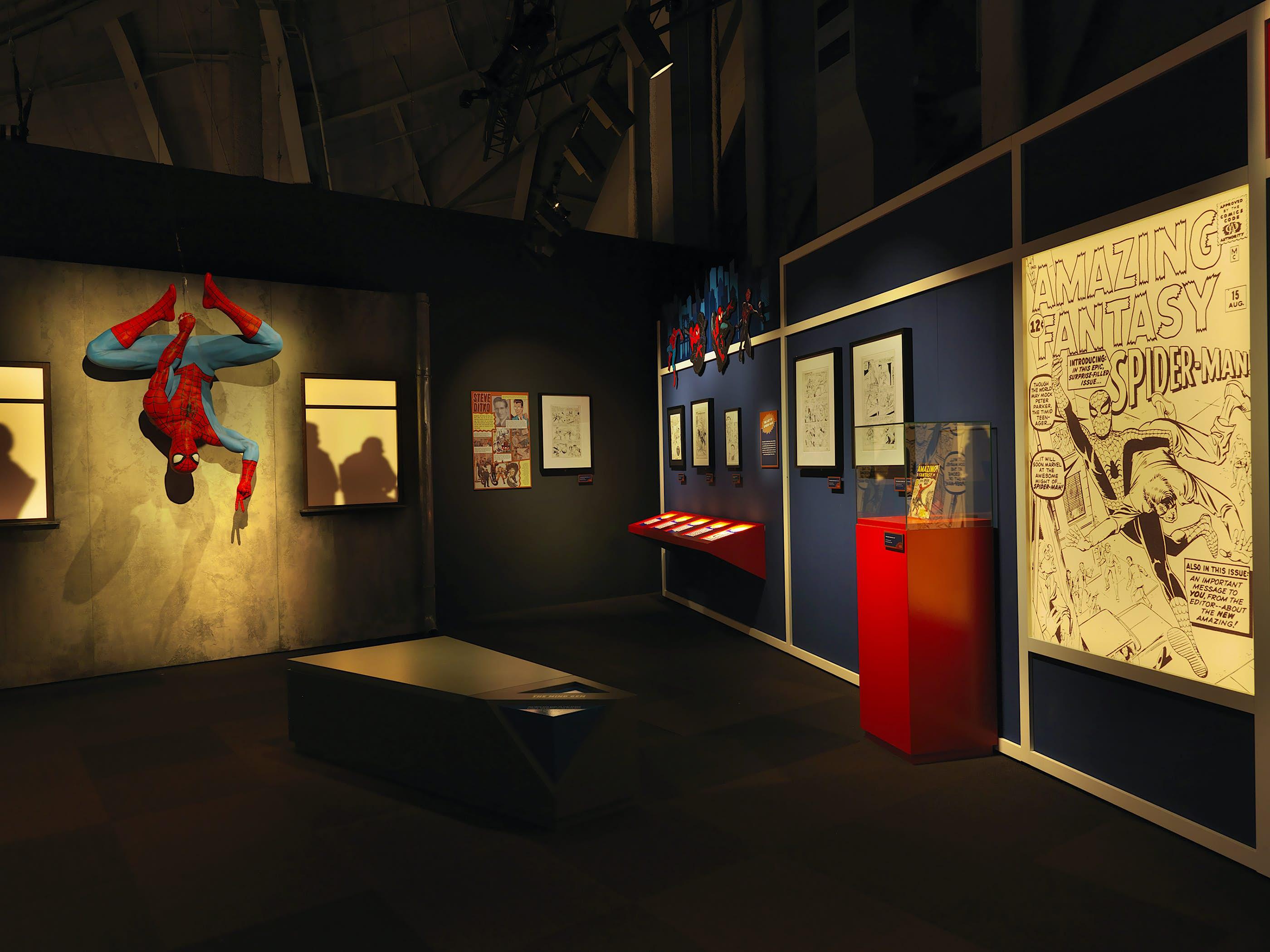 Acessórios do Homem-Aranha em uma exposição da Marvel