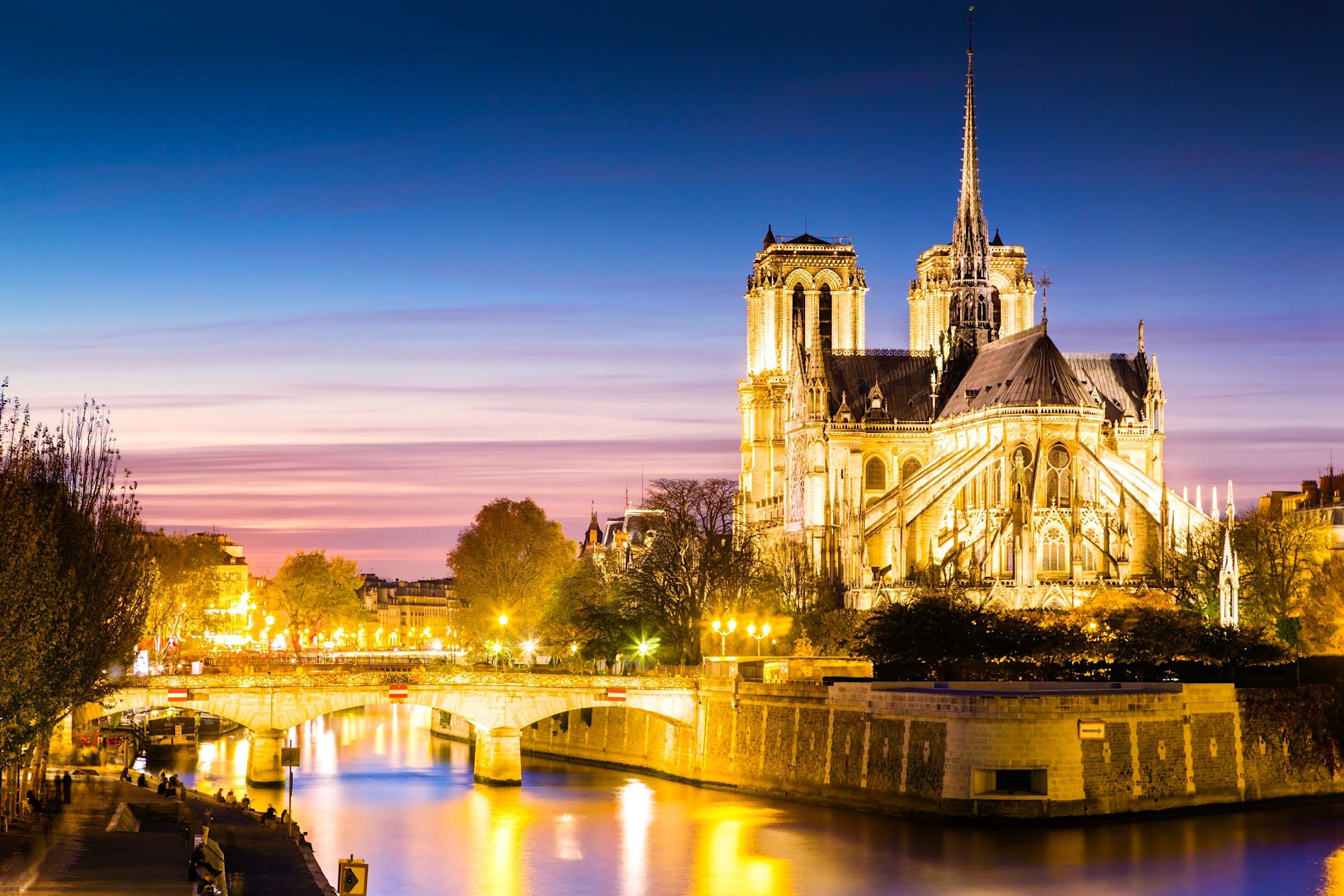 La catedral de Notre Dame se iluminó al anochecer