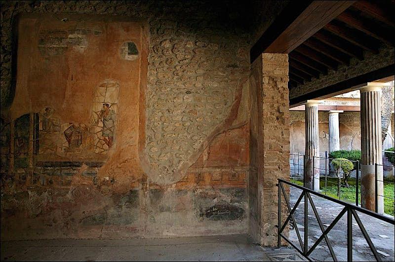 Habitación grande con grandes murales mitológicos en la Casa de los Cupidos Dorados de Pompeya