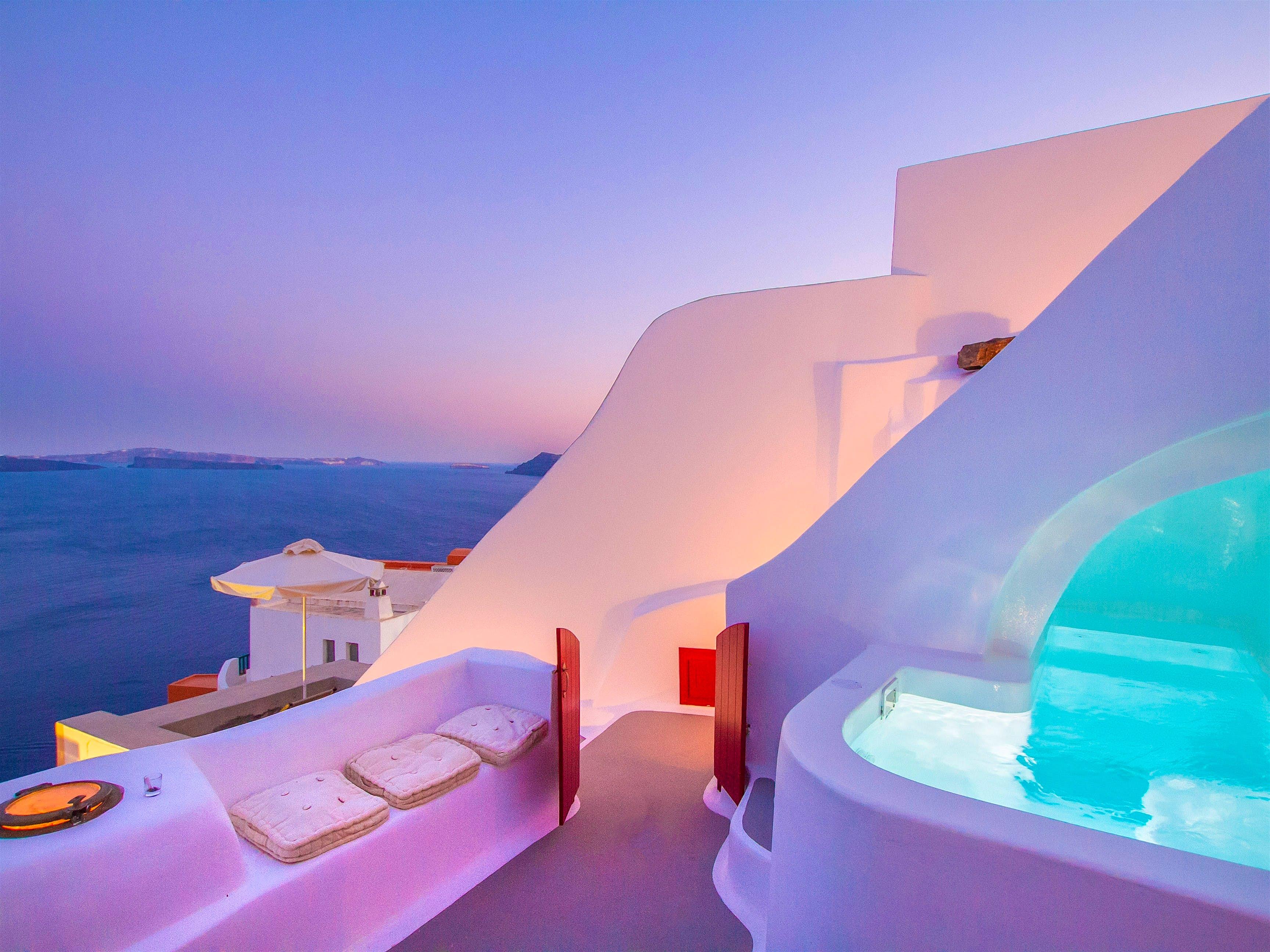 Uma foto da casa em Santorini com sua típica cor branca