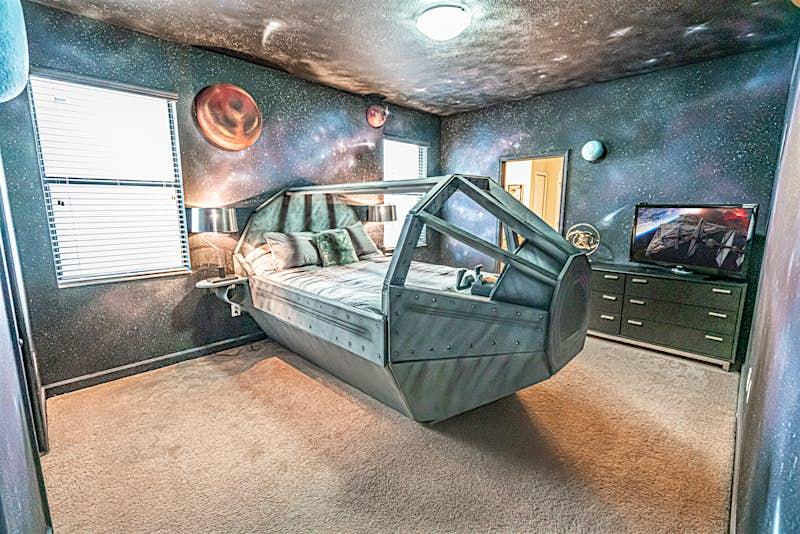 Uma foto de um dos quartos da casa da Flórida inspirada em um espaço pod