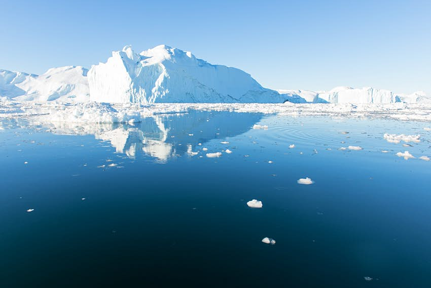 Vài tảng băng trắng khổng lồ trôi qua làn nước biển tĩnh lặng