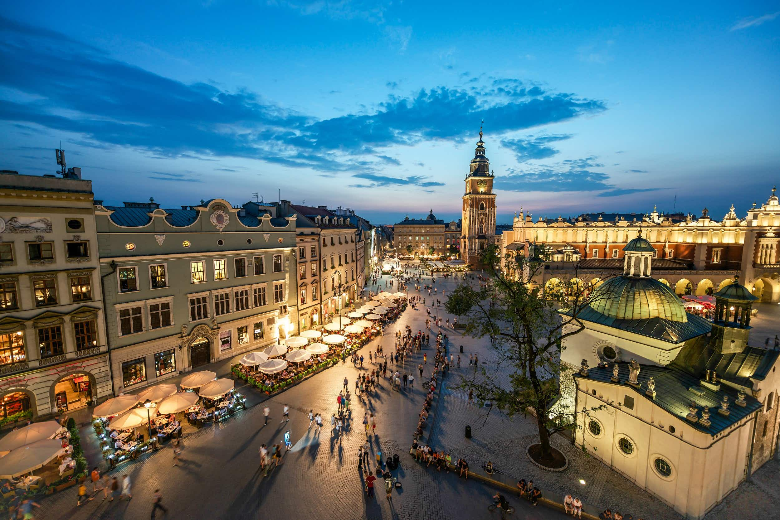 People strolling through Kraków's Main Market Square in the evening © Capture / Getty Images