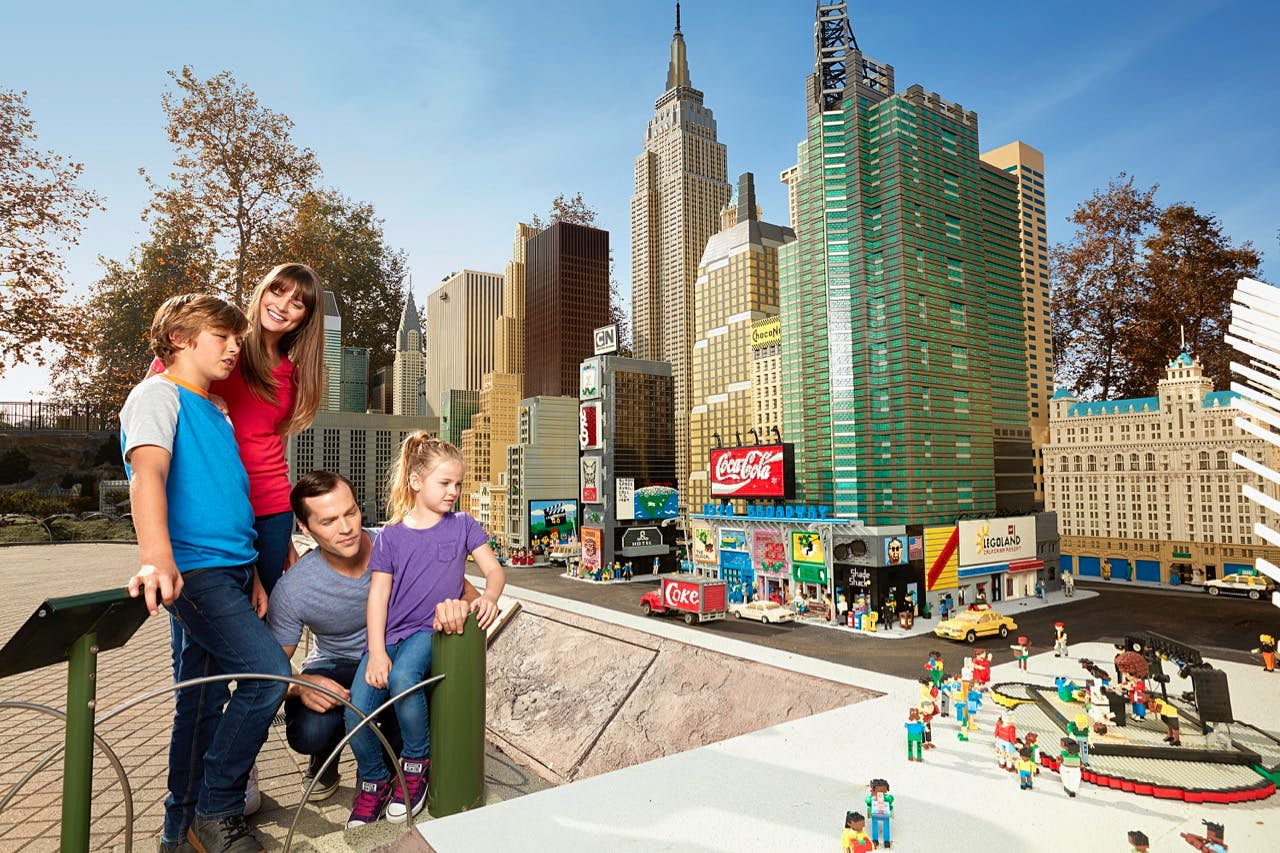 Família olhando mini Nova York feita de Legos