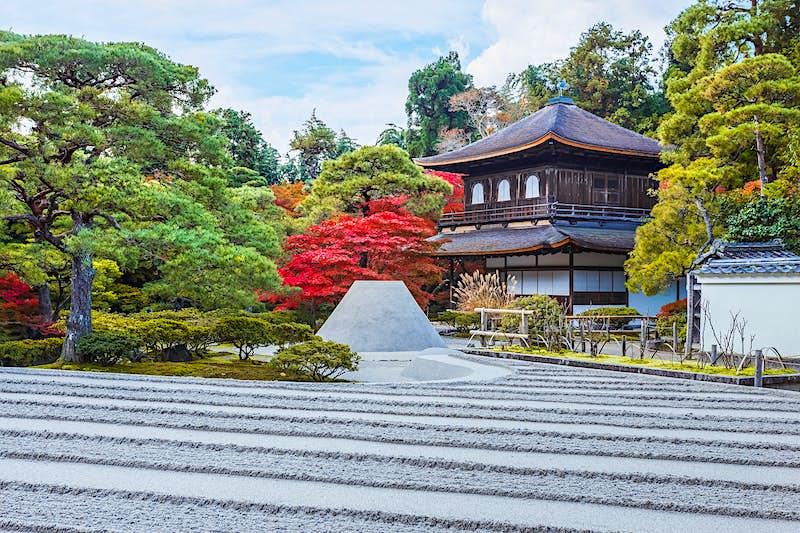 Một khu vườn zen có trật tự trải dài trước một tòa nhà kiểu gian hàng lớn