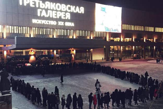 Eager art fans line up for hours outside Moscow gallery