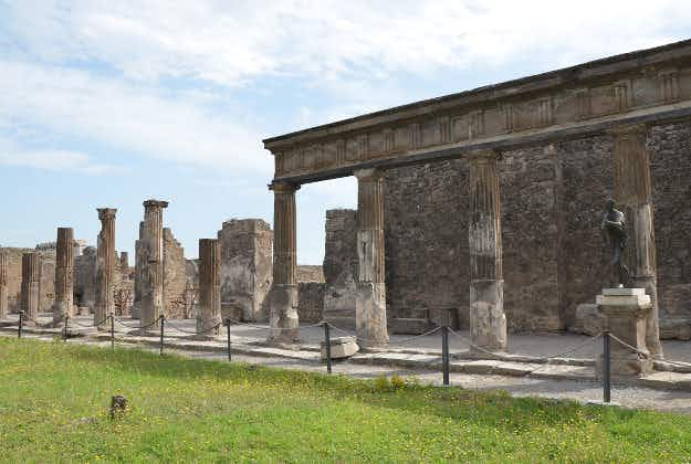 Unesco: cruise tourists are wearing out Pompeii