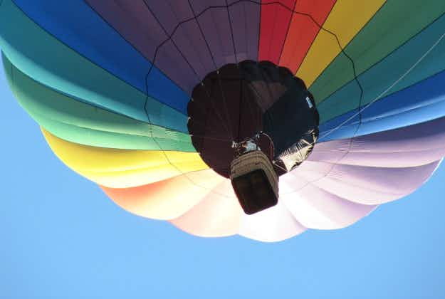 Fifty Latvian couples attempt balloon marriage record