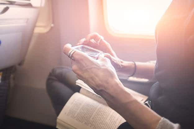 Half of US passengers use their electronic devices to avoid airline staff