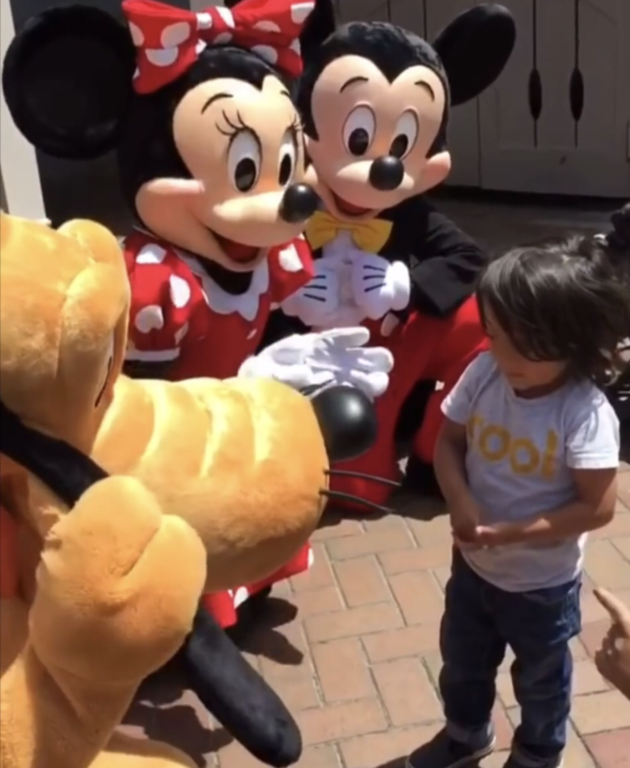 Watch: this adorable video shows Mickey and Minnie Mouse signing for a deaf little boy in Disneyland