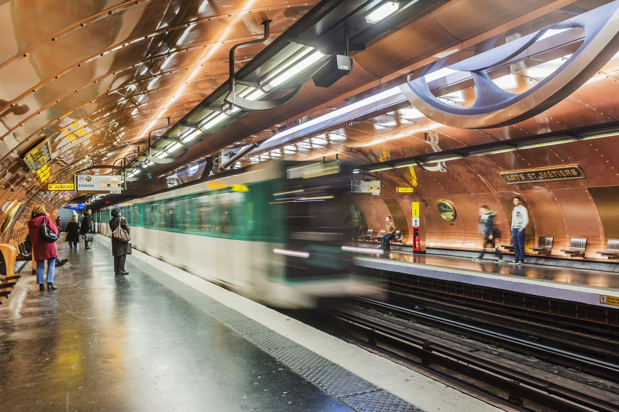Put down the newspaper! Reddit user posts candid advice for people taking the Paris Metro