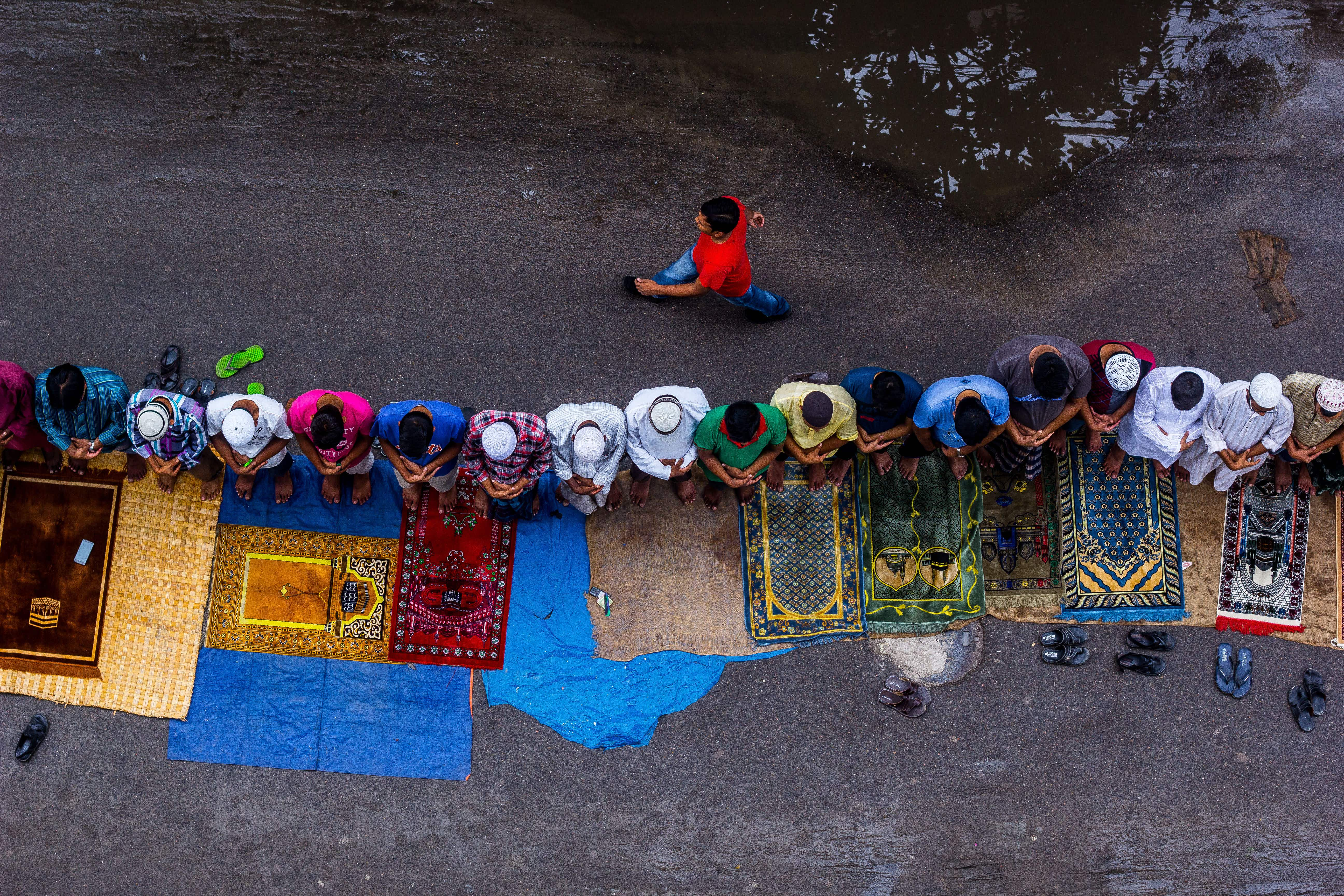 Photographer captures the joy of everyday street life in bustling Bangladesh