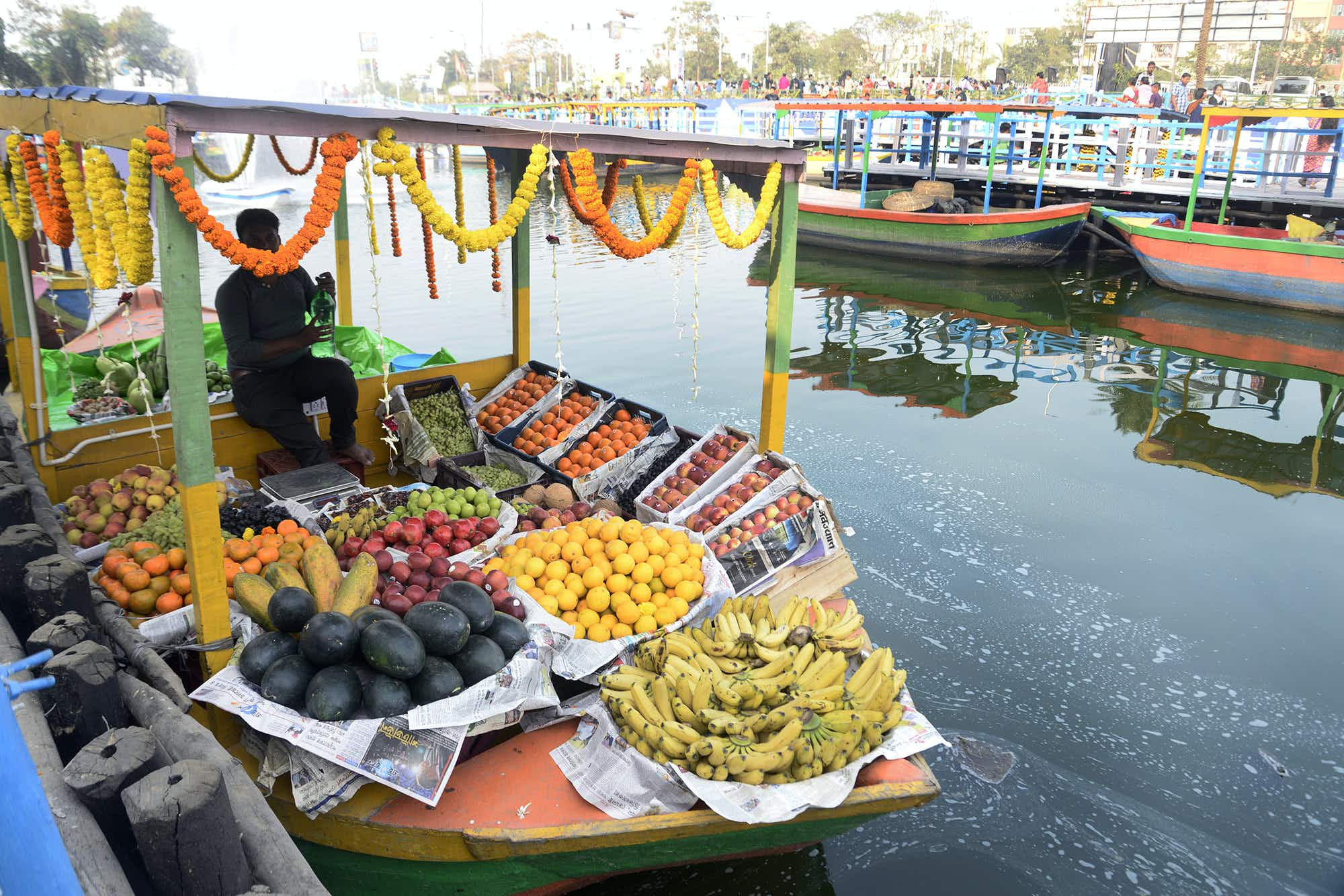 India's first floating market wins over shoppers in Kolkata