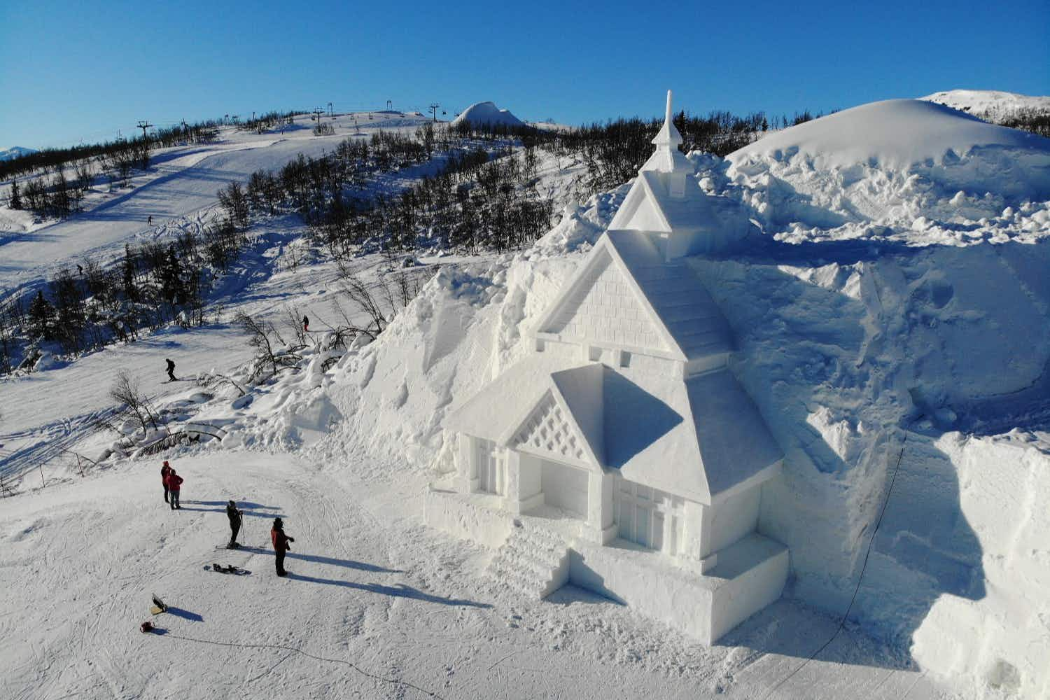 Chinese artists have built a church made of snow on a ski slope in Norway