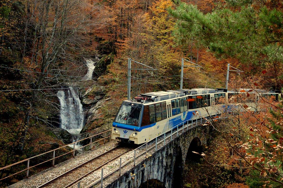 This train will bring you to explore the spectacle of the Alps' autumn foliage