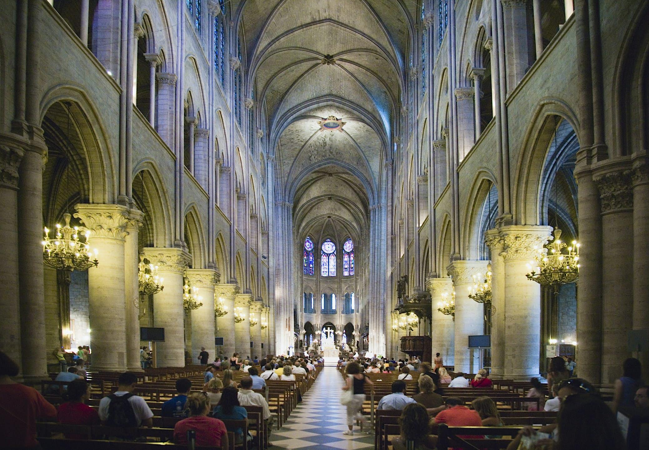 Noticias de viajes - Francia, París, Ile de la Cite, personas que asisten a misa en Notre Dame