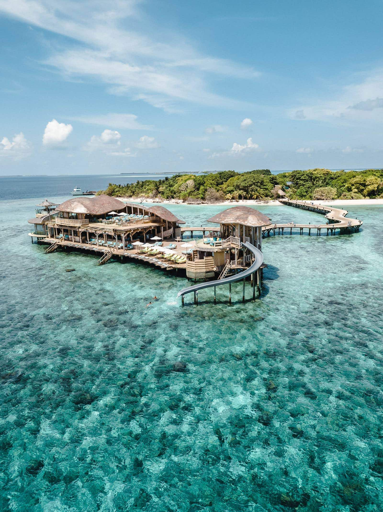 "Get a job as a ""barefoot bookseller"" in the Maldives"