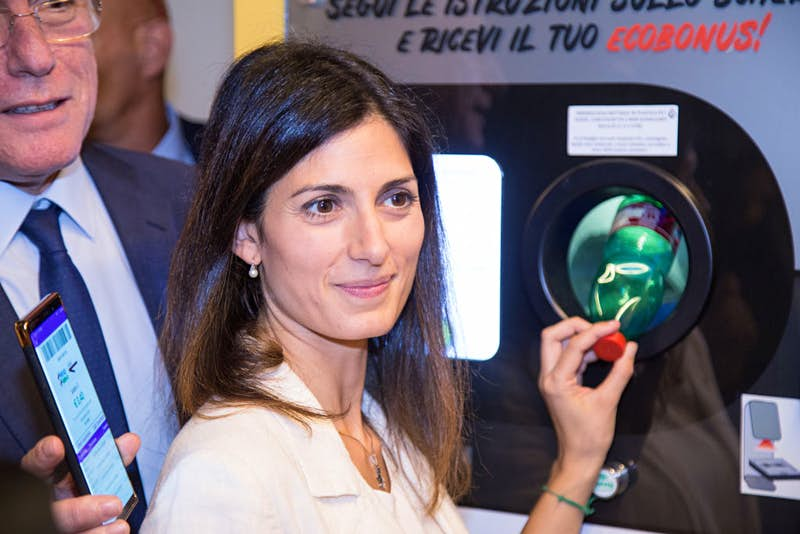Travel News - Virginia Raggi tests the new technology. The Mayor of Rome