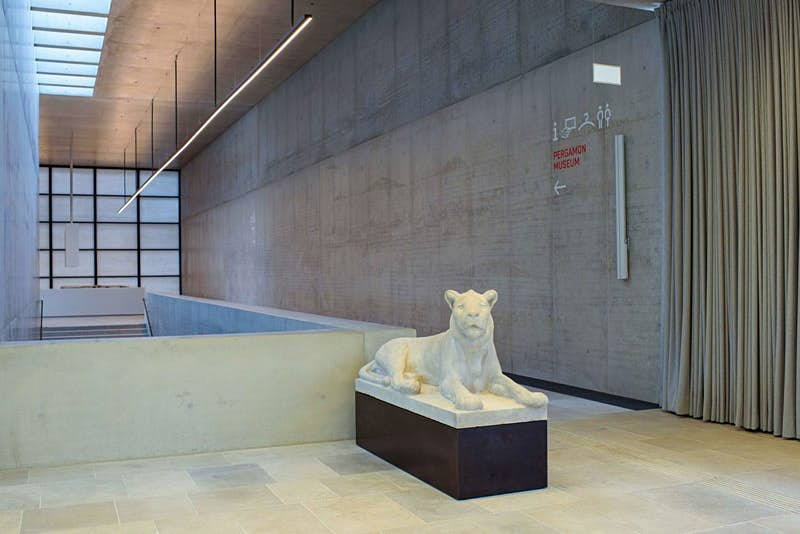 """The """"Lying Lion"""" sculpture by the artist August Gaul from the Rudolf Mosse Collection in the James Simon Gallery"""
